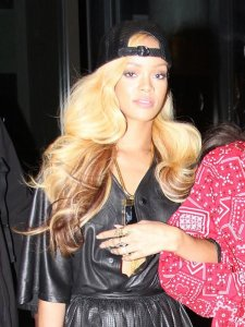 rihanna-out-nyc-blonde-ombre-weave-may-14-beauty-ftr